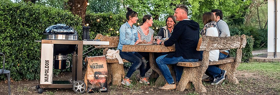 Foto gezelschap bij een grill van Napoleon. De foto hoort bij de 10 tips voor het bbq seizoen 2018.